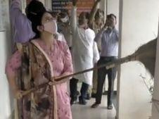 जिला परिवहन अधिकारी निशा चौहान ने खुद उठाई झाड़ू और कार्यालय परिसर को किया साफ, मैडम के नए अंदाज को देखकर स्टाफ ने भी किया सहयोग छिंदवाड़ा,Chhindwara - Money Bhaskar