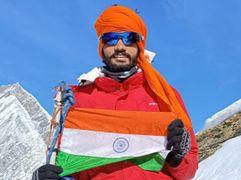 हिसार के आर्यनगर वासी महेश कुमार ने 17 हजार फीट ऊंची फ्रेंडशिप चोटी पर फहराया तिरंगा हिसार,Hisar - Money Bhaskar