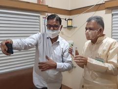 रिटायर्ड दंपती ने बचत कर एक हजार डॉलर MP के स्कूल शिक्षा मंत्री तक पहुंचाए ; बोले कोरोना के प्रकोप से परेशान हैं|भोपाल,Bhopal - Money Bhaskar