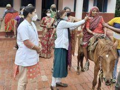 पैरों में दर्द होने के कारण घोड़े पर सवार होकर पहुंची वैक्सीनेशन सेंटर, टीम ने सेंटर से बाहर आकर लगाई वैक्सीन, हर कोई रह गया अचंभित छिंदवाड़ा,Chhindwara - Money Bhaskar