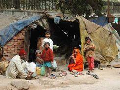 भारत में करोड़ों लोग फिर गरीबी के गर्त में, घरेलू बचत और आमदनी में गिरावट का अर्थव्यवस्था पर नकारात्मक असर पड़ने का अनुमान|देश,National - Dainik Bhaskar