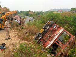 टैंक से पेट्रोल लीक होने के कारण मची दहशत, 20 फायर फाइटर्स ने तीन गाड़ियों की मदद से टैंकर पर फॉम का छिड़का; 7 घंटे बाद मिली राहत|उदयपुर,Udaipur - Dainik Bhaskar