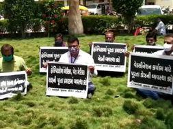 અમરેલી સિવિલ હોસ્પિટલમાં કૉંગ્રેસના ધારાસભ્યો ધરણા પર બેસતા પોલીસે અટકાયત કરી|અમરેલી,Amreli - Divya Bhaskar