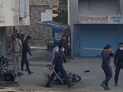 अनावश्यक घूमते लोगों पर पुलिस ने भांजी लाठियां, बड़ी संख्या में वाहन सवारों को किया क्वारेंटाइन; लोग कारण गिनाते-बताते रहे|बांसवाड़ा,Banswara - Dainik Bhaskar