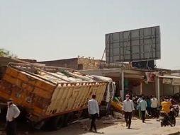 વડગામના મેઇન બજારમાં સિમેન્ટ ભરેલું ટ્રેલર દુકાનોમાં ઘૂસી જતાં અફરા તફરી|પાલનપુર,Palanpur - Divya Bhaskar
