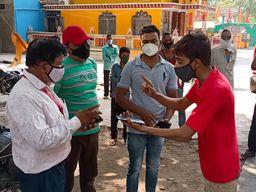 खानशाहवली के लोगों ने निगम सुपरवाइजर को घेरा, बोले: समस्या को 1 महीना हो गया; लिखित आश्वासन में कहा - रात को देंगे सप्लाई|खंडवा,Khandwa - Dainik Bhaskar