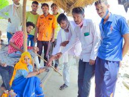 पीड़ित परिवार को सैनी एकता मंच ने दी आर्थिक सहायता, आंधी में दीवार गिरने से हुए थे घायल|राजस्थान,Rajasthan - Dainik Bhaskar