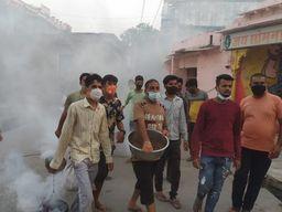 तलवाड़ा के शिल्पी सोमपुरा मोहल्ले के युवाओं की पहल, लोगों को घरों में रहने का दिया संदेश|बांसवाड़ा,Banswara - Dainik Bhaskar