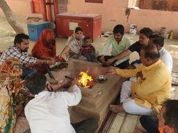 कोरोना काे खत्म करने के लिए किया हवन, मंत्रोच्चारण के साथ दी विशेष आहुतियां; लोगों को विश्वास कि सुगंधयुक्त धुआं संक्रमण के कीटाणुओं को नष्ट कर देगा|राजस्थान,Rajasthan - Dainik Bhaskar