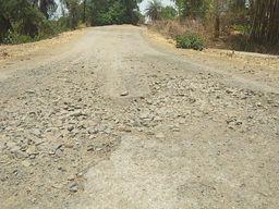 सिंगल सड़क पर उखड़ी गिट्टी से फिसलन का संकट, कटे हुए किनारों पर भारी पड़ सकती है कोताही|बांसवाड़ा,Banswara - Dainik Bhaskar