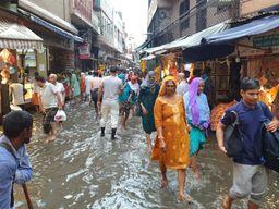 बेमौसम हुई बारिश के कारण हुआ जलभराब, लोगों को उठानी पड़ी दिक्कत|मथुरा,Mathura - Money Bhaskar