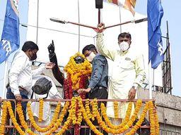 પાલનપુરમાં આંબેડકર જયંતી નિમિતે બાબા સાહેબને પુષ્પાંજલિ પાઠવવામા આવી|પાલનપુર,Palanpur - Divya Bhaskar