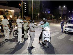 આણંદમાં કોવિડ ગાઈડલાઈનનો ભંગ કરતા લોકો સામે પોલીસની કડક કાર્યવાહી|આણંદ,Anand - Divya Bhaskar