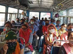 વાપી GIDCમાં ખાનગી કંપનીની બસોમાં ઉડી રહ્યા છે સોશિયલ ડીસ્ટંસના ધજાગરા|વલસાડ,Valsad - Divya Bhaskar