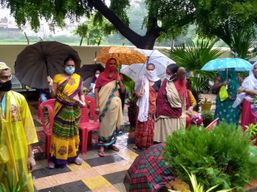 स्टाफ के इंतजार में भीगते रहे लोग, दो घंटे बाद शुरू हुआ टीकाकरण; सीएमओ बोले- जांच के बाद करेंगे कार्रवाई|आगरा,Agra - Money Bhaskar
