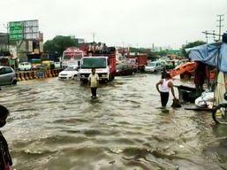 जिस रास्ते से योगी आदित्यनाथ को जाना है दिल्ली, उस पर भरा था दो फीट पानी; अब जेनरेटर पंपसेट से निकाला जा रहा पानी|गाजियाबाद,Ghaziabad - Money Bhaskar