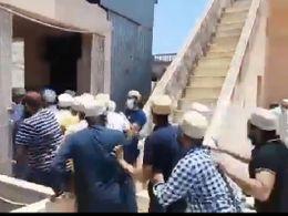 बोहरा समाज के एक पक्ष का सागवाड़ा मस्जिद के जमातखाने पर फिर प्रदर्शन, पुलिस ने भांजी लाठियां, अंजूमन सेफी कमेटी कार्यालय 24 तक बंद रखने का दिया आदेश|बांसवाड़ा,Banswara - Dainik Bhaskar