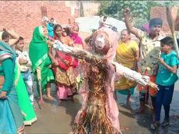 प्रतीकात्मक पुतले को दी मुखग्नि, छाती पीट पीट कर रोये ग्रामीण, विकास कार्यों की मांग को लेकर धरने पर बैठे हैं लोग|आगरा,Agra - Money Bhaskar