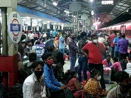 બાંદ્રા-પટના ટ્રેનમાં વતન વાપસી કરી રહેલા શ્રમિકોથી ઉભરાયું વાપીનું રેલવે સ્ટેશન|વલસાડ,Valsad - Divya Bhaskar