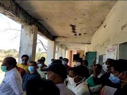ફતેપુરાના હડમતમાં મંત્રીજીએ જર્જરિત શાળામાં કોવિડ કેર સેન્ટર શરુ કરાવી ચાલતી પકડી|દાહોદ,Dahod - Divya Bhaskar