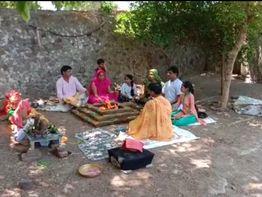 અમરેલીના હાલરીયા ગામમાં કોરોના મહામારીથી બચવા કથાકાર દ્વારા યજ્ઞ કરાયો|અમરેલી,Amreli - Divya Bhaskar