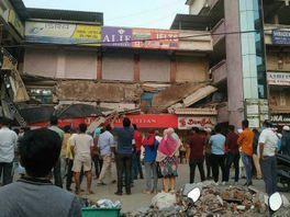 ભરૂચ નગરપાલિકા સામે આવેલા ડ્રિમલેન્ડ પ્લાઝાનો આગળનો ભાગ તૂટી પડતા અફરાતફરી ભરૂચ,Bharuch - Divya Bhaskar