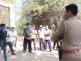 લીંબડીમાં કોરોના દર્દીઓના અંતિમ સંસ્કાર કરવામાં આવતા લોકોએ સ્મશાનના મુખ્ય દરવાજા આગળ ઉભા રહી વિરોધ કર્યો|સુરેન્દ્રનગર,Surendranagar - Divya Bhaskar