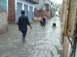 लगातार बारिश से शहर के 17 से ज्यादा मोहल्लों जलभराव, दुकानों और मकानों में भरा पानी; चंबल और यमुना से सटे इलाकों में अर्लट जारी|आगरा,Agra - Money Bhaskar