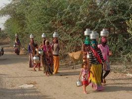 સુરેન્દ્રનગરના મુલાડામાં કોરોનાના કપરા કાળ વચ્ચે પીવાના પાણી મેળવવા રઝળપાટ કરતી મહિલાઓ|સુરેન્દ્રનગર,Surendranagar - Divya Bhaskar