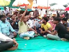 कर्मचारी से पुलिस जवान ने की पिटाई, पुलिस जवान के खिलाफ FIR और सस्पेंड की मांग को लेकर हड़ताल पर बैठे नपा कर्मचारी|होशंगाबाद,Hoshangabad - Money Bhaskar