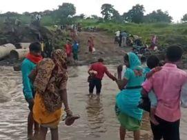 मोहली से खिरेटी के बीच नदी पर पुलिया ना होने के कारण बहते पानी में नदी पार करने की बनी मजबूरी, सालों से अटका पडा निर्माण छिंदवाड़ा,Chhindwara - Money Bhaskar