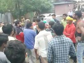 छिंदवाड़ा में पेशी पर आए युवक को लड़की वालों ने गिराकर लात-घूसों से मारा; पुलिस के आते ही भागे छिंदवाड़ा,Chhindwara - Money Bhaskar