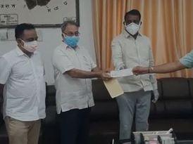 यूथ वेक्सिनेशन के लिए जीजीटीयू ने दिया 11 लाख का सहयोग, जिला कलेक्टर को सौंपा चैक|बांसवाड़ा,Banswara - Dainik Bhaskar