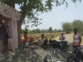 सोशल डिस्टेंस दूर की बात, मास्क तक नहीं लगाते लोग, बेफिक्री भरा है इस गांव का जीवन|बांसवाड़ा,Banswara - Dainik Bhaskar