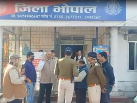 RSS कार्यालय के सामने की जमीन के लिए टकराव; वक्फ ट्रिब्यूनल में दायर याचिका पर आपत्ति ली तो वकील को घेरकर पीटा; धमकी- कल कोर्ट मत जाना|भोपाल,Bhopal - Dainik Bhaskar