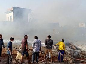 પાલનપુરમાં સાયકલના શોરૂમમાં અચાનક આગ લાગતા અફરાતફરી મચી, ફાયર વિભાગે પાણીનો મારો ચલાવી આગ પર કાબુ મેળવ્યો|પાલનપુર,Palanpur - Divya Bhaskar