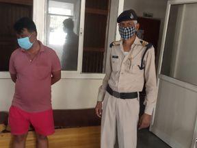 शराब पकड़ने गई पुलिस पर पथराव, बाइक स्टार्ट नहीं होने पर फंसा दरोगा, एक को किया गिरफ्तार, शराब बरामद|ग्वालियर,Gwalior - Dainik Bhaskar