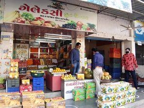 રાજકોટમાં કેલ્શિયમ કાર્બાઈડથી ફળ પકવતા 10 વેપારીઓ પર મનપાની લાલ આંખ, નોટિસ ફટકારી કેરી સહિત 180 કિ.ગ્રા.ચીકુનો નાશ કરાયો રાજકોટ,Rajkot - Divya Bhaskar