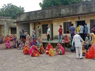 युवाओं में बारी को लेकर हुई धक्का-मुक्की, सोशल डिस्टेंसिंग की उड़ी धज्जियां, व्यवस्था बिगड़ने पर बुलानी पड़ी पुलिस|राजस्थान,Rajasthan - Money Bhaskar