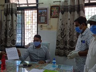 દસાડા ધારાસભ્યની સુરેન્દ્રનગર ગાંધી હોસ્પિટલની મુલાકાત લીધીને, લોકોએ કોરોના રીપોર્ટ મોડા આવવાની સાથે રેમડેસિવિર ઇન્જેક્શન ન મળતા હોવાની ફરીયાદનો મારો ચલાવ્યો|સુરેન્દ્રનગર,Surendranagar - Divya Bhaskar