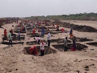 અમરેલીના કોરોનાના કપરા કાળ વચ્ચે રાહત, ચાંચમાં 400 મજુરોને રાેજગારી; સોશિયલ ડિસ્ટન્સ સાથે મનરેગા હેઠળ કામો શરૂ કર્યા|અમરેલી,Amreli - Divya Bhaskar