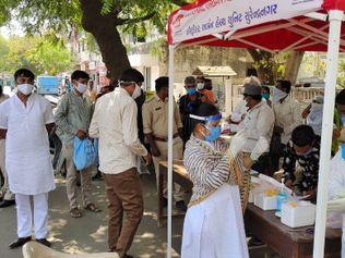 સુરેન્દ્રનગરમાં કોરોનાના વધતા કેસોને ધ્યાનમાં રાખીને પાંચ જગ્યાએ RT-PCR ટેસ્ટની સગવડ ઉભી કરાતા લોકો ઉમટ્યા|સુરેન્દ્રનગર,Surendranagar - Divya Bhaskar