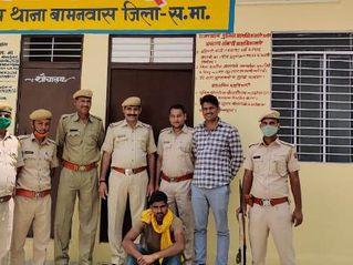 नाकाबन्दी देख भाग रहे तस्कर को पुलिस ने पीछा कर पकड़ा, स्मैक लेकर गंगापुर जा रहा था|राजस्थान,Rajasthan - Money Bhaskar