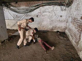 જામનગરની પટેલ કોલોનીમાં આવેલા એક કોમ્પલેક્સમાંથી અજાણ્યા તરુણનો મૃતદેહ મળી આવ્યો|જામનગર,Jamnagar - Divya Bhaskar