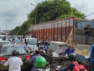 शहदाना चौराहेपर ट्रक ने स्कूटी को मारी टक्कर, युवक के दोनों पैर जख्मी, डॉक्टर ने एक पैर काटा, दूसरे का चल रहा ऑपरेशन, पुल पर लगा भीषण जाम|बरेली,Bareilly - Money Bhaskar