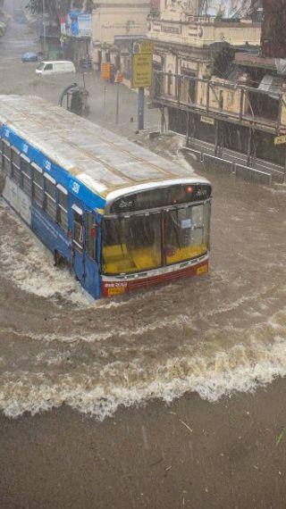 कोलाबा में बारिश का 46 साल का रिकॉर्ड टूटा, 24 घंटे में 294 मिमी पानी गिरा; राज्य में एनडीआरएफ की 20 टीमें तैनात, आज भी रेड अलर्ट