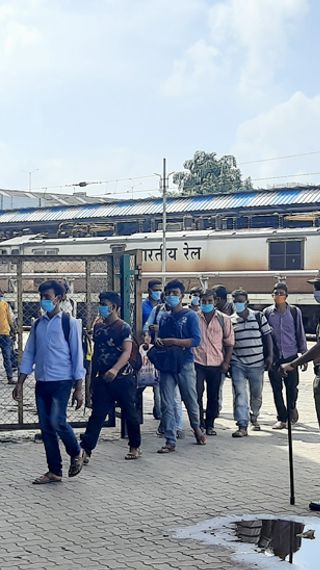 सेठ ने फ्लाइट से वापस बुलवाया था, दूसरी कंपनी से कॉन्ट्रैक्ट हो गया तो भगा दिया, तीन दिन स्टेशन पर भूखे पड़े रहे - ओरिजिनल - Dainik Bhaskar