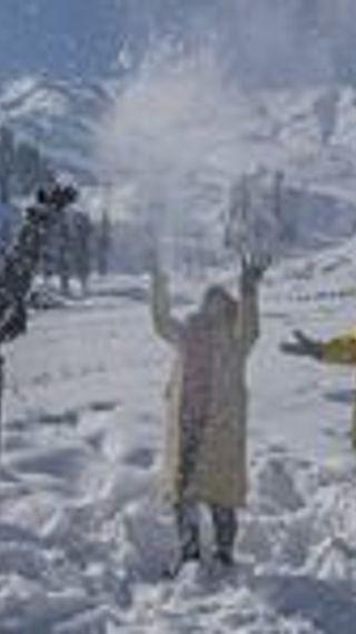 बर्फ की सफेदी में लिपटा कश्मीर, पिछले 10 साल में सबसे ज्यादा बर्फबारी, इसके बाद भी ज्यादातर टूरिस्ट प्लेस हाउसफुल - ओरिजिनल - Dainik Bhaskar