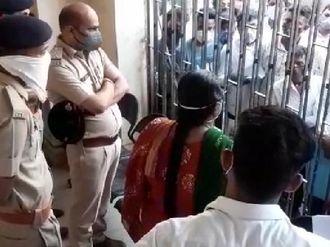 પાલનપુર સિવિલમાં બપોર બાદ રેમડેસિવિર ઇન્જેક્શન ખૂટી જતાં લોકોએ હોબાળો મચાવ્યો|પાલનપુર,Palanpur - Divya Bhaskar