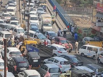 शहर में दो दिन का लॉकडाउन खत्म होने के बाद कोलार में आने-जाने वाहनों की लंबी कतार लग गई, यहां 19 अप्रैल तक कंटेनमेंट जोन बनाया गया|भोपाल,Bhopal - Dainik Bhaskar